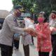 Kapolresta Malang Kota Kombes Pol Dr Leonardus Harapantua Simarmata Permata S Sos SIK MH dan Dandim 0833 Letkol Inf Tommy Anderson, saat membagikan beras tahap II. (ist)