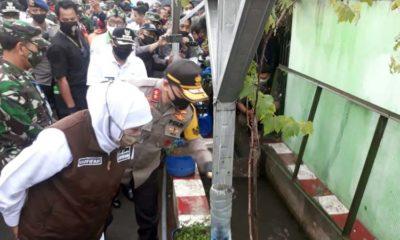 Gubernur Jatim Khofifah saat melihat budidaya ikan lele di Kampung Glintung Water Street. (gie)