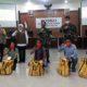Gubernur Jatim Khofifah Indar Parawansa saat menyalurkan bantuan kepada mahasiswa NTT. (gie)