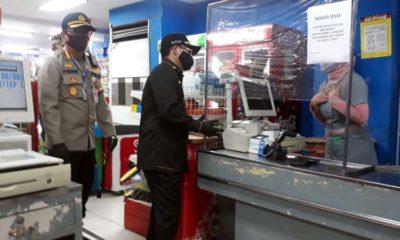 Walikota Malang Drs H Suriaji saat menegur kasir di Ramayana yang tidak memakai sarung tangan. (gie)