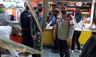 Kapolresta Malang Kota Kombes Pol Dr Leonardus saat mendapati pengunjung mall yang anaknya tidak memakai masker. (ist)
