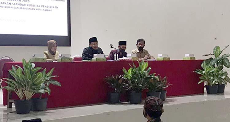 Wali Kota Malang yang sedang memberikan sambutan dan pengarahan