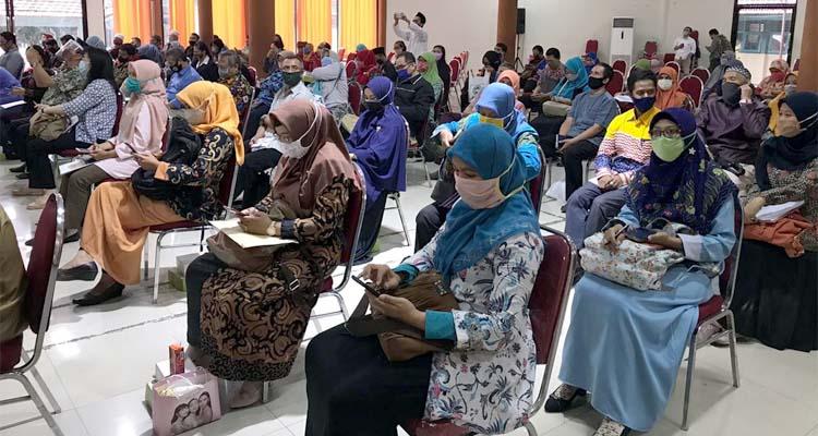 Para wakil dari lembaga dan yayasan terkait yang sedang mengikuti acara