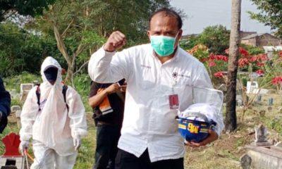 Kompol Sutiono SPd selalu semangat dan ihklas dalam pemakaman jenazah Covid-19 di Kota Malang. (ist)