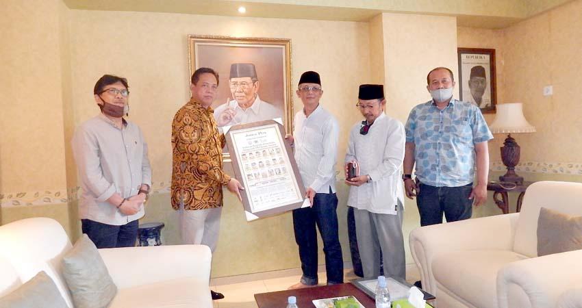 PWI Jatim Serahkan Penghargaan kepada KH Hasyim Muzadi