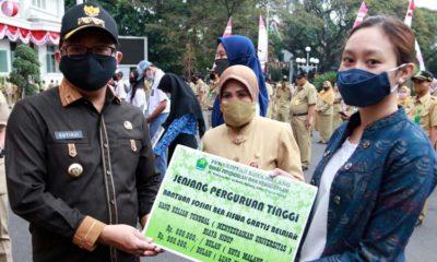 Pemkot Malang Serahkan Beasiswa Jenjang SD sampai Kuliah