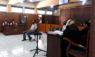 Saksi Rudi, anggota Polres Batu saat memberikan kesaksian terdakwa Nafian dan Sunarko. (gie)
