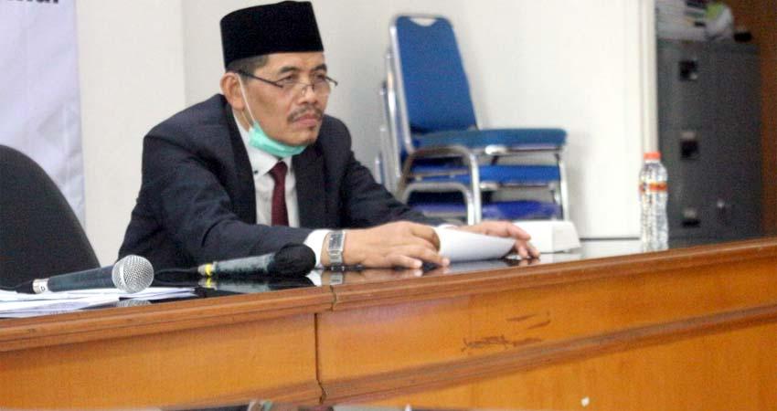 Prof Dr Kasuwi Saiban, MAg sedang menyimak paparan
