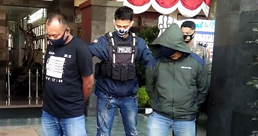 Suwarno dan temannya saat diserahkan ke anggota Polsek Wonokromo. (ist)
