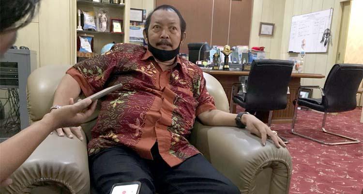 Kepala sekolah SMKN 4 Malang yang sedang menjelaskan terkait akan dibukanya Hotel di lokasi sekolah
