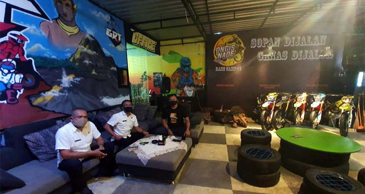 Kepala Bapenda Kota Malang, Ir Ade Herawanto MT mengunjunj Cafe GMT, Rabu (15/7/2020) malam, guna memberikan support atas usaha-usaha baru dan juga edukasi perpajakan daerah. (Ist)