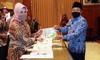 Walikota Malang saat menyerahkan dana sebagai simbol penerimaan