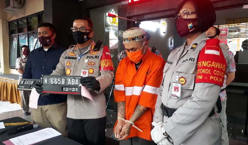 Tersangka MFJ alias Fajar saat dirilis oleh Kapolresta Malang Kota Kombes Pol Leonardus dan Kasat Reskrim Polresta Malang Kota AKP Azi Pratas Guspitu SIK MH..(gie)