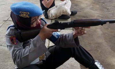 POLWAN : Anggota Polwan Polresta Malang saat latihan menembak yang digelar di lapangan tembak Brimob Den B Pelopor Sat Brimob Polda Jatim. (memo x/fik)
