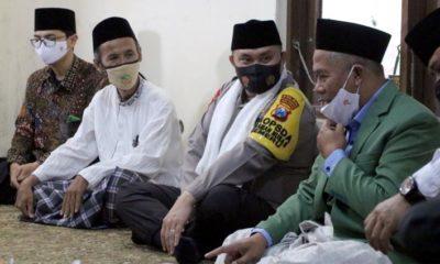 SILATURAHMI: Kapolda Jatim Irjen Pol Fadil saat bersilaturahmi ke di kediaman Dr. KH. Marzuqi Mustamar Pengasuh Ponpes Sabilurrosyad Kota Malang. (memo x/fik)
