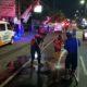 Petugas Damkar Kota Malang saat membersihkan ceceran oli agar tidak terjadi kecelakaan. (ist)