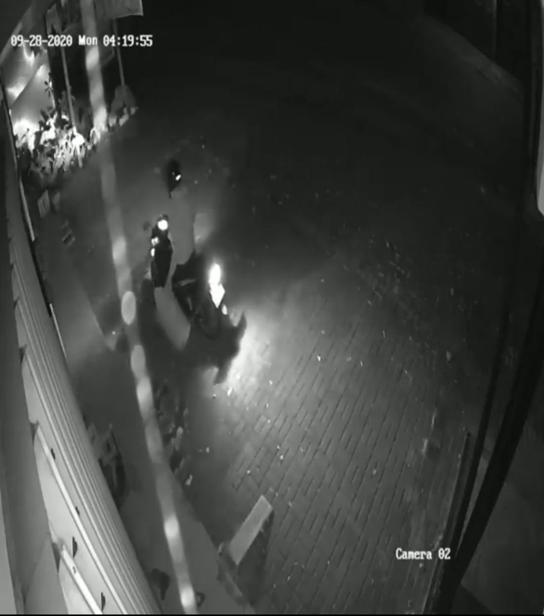 Pelaku saat mencuri tempat sampah. (repro)
