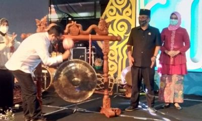 Wali Kota Sutiaji puku gong tanda dibukanya pekan budaya.