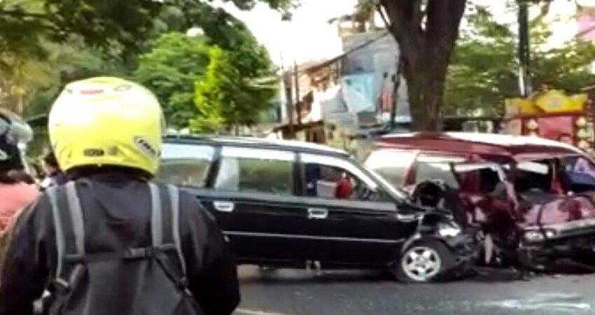 Mobil Kijang saat menabrak mobil Zebra. (ist)