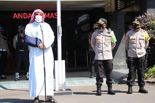 yekh Ali Jabar menyempatkan diri memberikan tausiyah doa di depan para personel Polresta Malang Kota