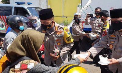 Kapolresta Malang Kota Kombes Pol Dr Leonardus dan anggotanya saat membagikan masker. (ist)