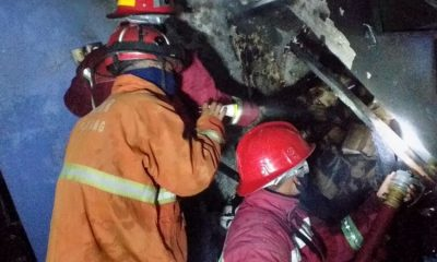 Petugas PMK Kota Malang saat melakukan pemadaman kobaran api. (ist)