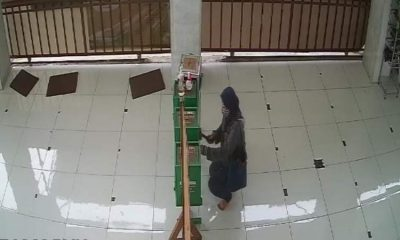 Pelaku berinsial LA saat memecah kaca kotak amal masjid. (repro)