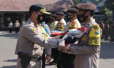 Kapolresta Malang Kota Kombes Pol Leonardus menyerahkan paket sembako secara simbolik kepada Bhabinkamtibmas untuk disalurkan ke Kampung Tangguh Semeru. (ist)
