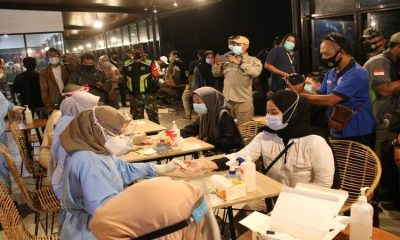 Para pengunjung Kafe saat jalani repid test saat ops gabungan yustisi. (ist)
