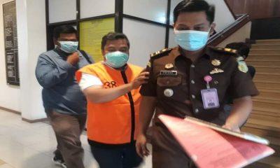 Terpidana Ir Budianto MT saat akan dibawa oleh petugas Kejaksaan Negeri Kota Malang ke Lapas Klas 1 Malang. (gie)