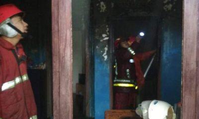 Petugas PMK Kota Malang saat melakukan pemadaman. (ist)