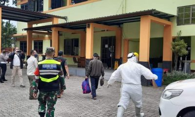 Pasien Covid -19 saat tiba di rumah isolasi Jl Kawi. (ist)
