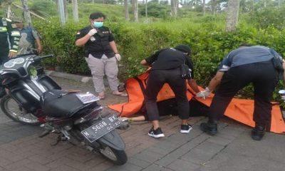 Petugas Laka Lantas saat melakukan evakuasi. (ist)