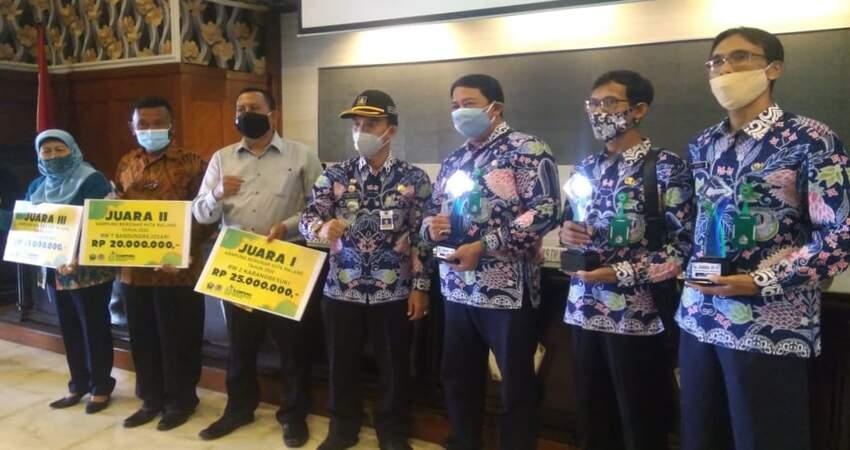 Penyerahan penghargaan kepada juara Lomba Kampung Bersinar Malang 2020.