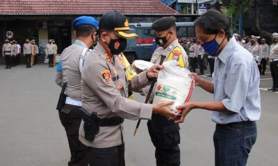 Kapolresta Malang Kota Kombes Pol Dr Leonardus saat membagikan paket sembako. (ist)